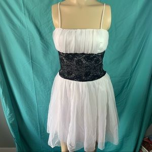 WHITE & BLACK PATTERNED SHEER POOF ZIP MINI DRESS